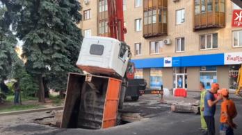 Videó: beszakadt az út egy kamion alatt Ukrajnában