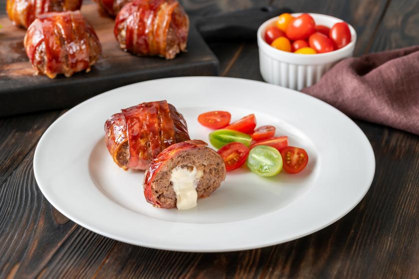 Baconbe tekert, sajttal töltött húsgolyó: sütőben is megsütheted