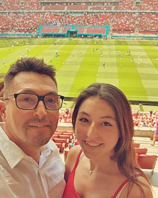 Ákos a Magyarország-Franciaország mérkőzés előtt legidősebb lányával, Annával szelfizett a Puskás Arénában.