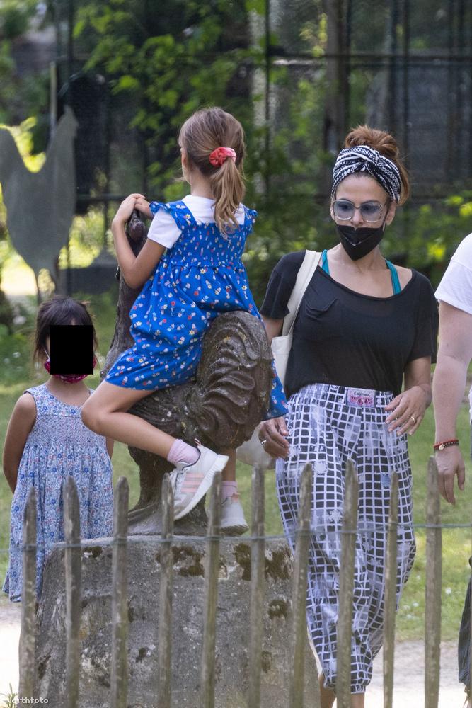 Nem tudni, meddig marad a család Franciaországban, de remélhetőleg a gyerekeknek lesz idejük minden szobrot megmászni, amit feltétlenül szükséges