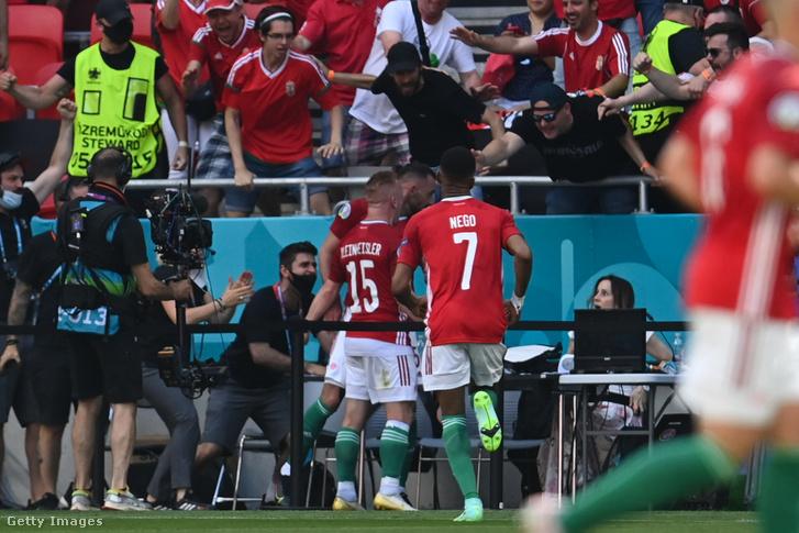 Fiola Attila a gólünnepe után az asztalnál dolgozó újságíró mellett áll 2021. június 19-én