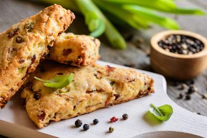 Omlós pogácsa sajttal és zöldhagymával – A scone-t sósan is elkészítheted
