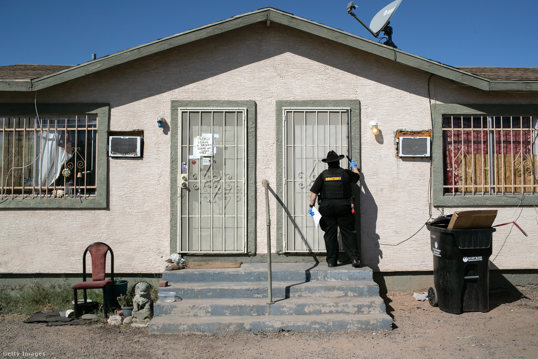 Egy hatósági alkalmazott kilakoltatási parancsot adna ki 2020. október 1-jén Phoenix Arizonában