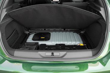 A hibrid rendszer 12,8 kWh-s akkumulátora a csomagtér padlója alatt. Az ötajtósnál 50, a kombinál 60 liter helyet vesz el a csomagoktól