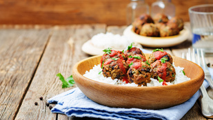 Saláta köftegolyókkal és grillezett padlizsánnal – fokhagymás öntettel a legfinomabb