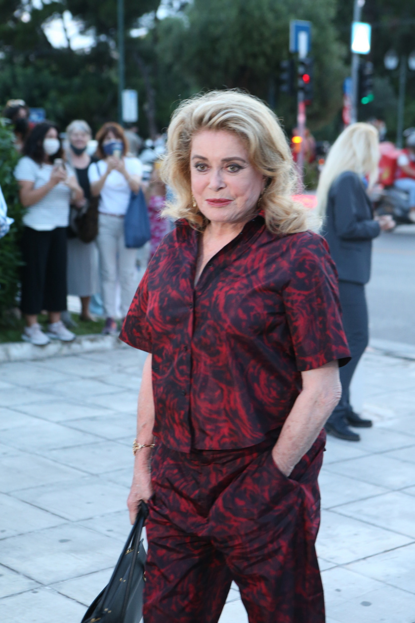 Így jelent meg júniusban a Dior Cruise divatbemutatón, amit Athénban rendeztek meg.