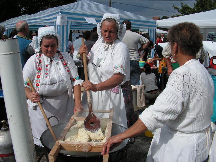 Vanyarcot csaknem 1200 fő lakja, a faluban Madách Imre is többször tiszteletét tette. A településen készül az isteni haluska, azaz a sztrapacska, de az itt kirándulók megtekinthetnek itt egy tájházat is viselettörténeti babamúzeummal, a Dessewffy-Bánffy-kúriát, sőt, ősmaradványokat és patkolt tojásokat is.