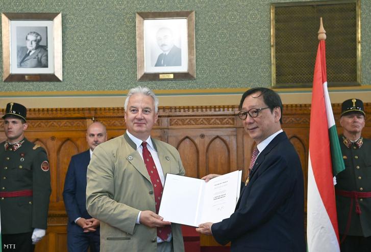 Semjén Zsolt miniszterelnök-helyettes (b) a magyar-kínai gazdasági kapcsolatok előmozdítása érdekében végzett kiemelkedő tevékenysége elismeréseként átadja a Magyar Arany Érdemkereszt kitüntetés Frank Liunak, a Chi Fu Investment Holdings Group cégcsoport elnök-vezérigazgatójának az Országházban 2021. június 22-én