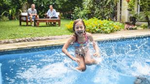 Ha nem akarod, hogy a gyereked a kezeid közt haljon meg, figyelj a medencére!