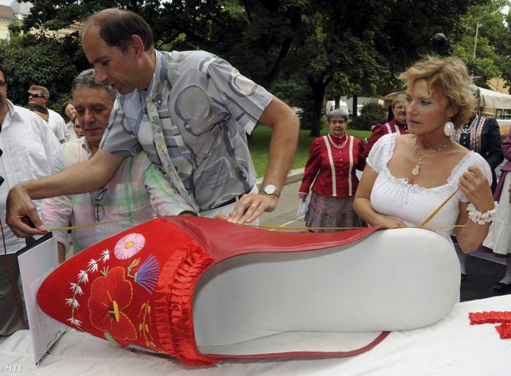 188-as méretű szegedi papucs készült 2010-ben a szegedi Széchenyi téren rendezett Hungarikum Fesztiválon. A rekordméretű lábbelit a cipészmester három társával hatvan óra alatt készítette el