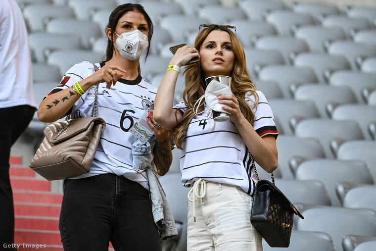 Ez a kép viszont nagyon friss, a jobb oldalon látható Christina Ginter éppen férje egyik meccsét nézi a mostani Eb-n, június 15-én