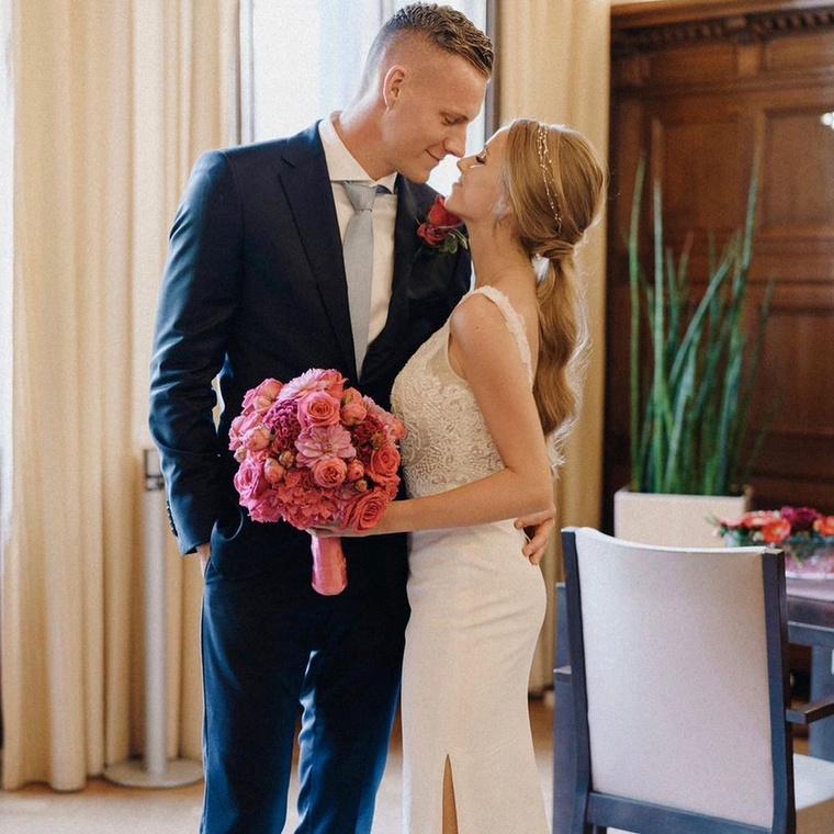 A 29 éves játékos tavaly nyáron nősült meg, ekkor készült ez a kép, ami Bernd Leno hivatalos Instáján jelent meg