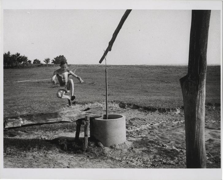 André Kertész átugorja az itatóvályút, Szigetbecse, Magyarország