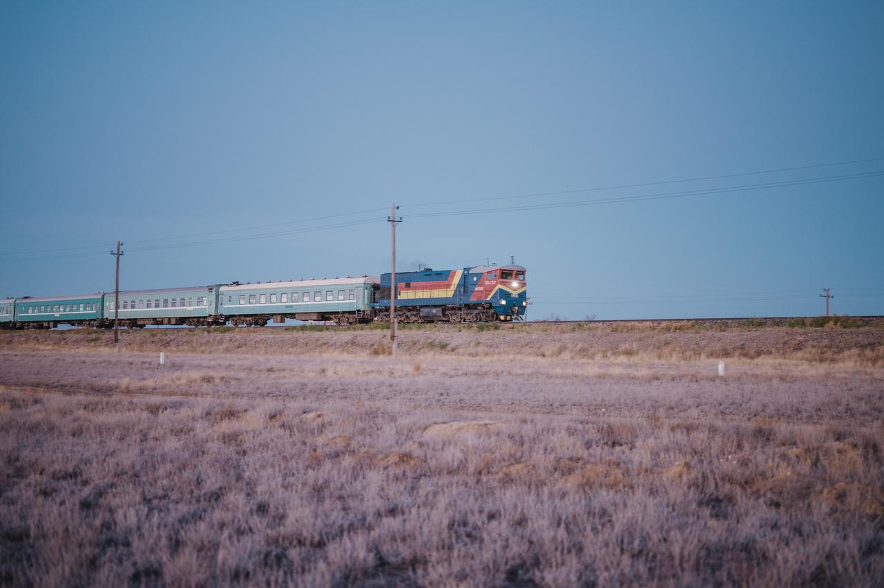 Kazahsztánban a vasúti szállítás különösen fontos: a személyforgalom 52 százaléka, az áruforgalom 49 százaléka vonaton történik. Az állami vasúti vállalat, a KTZ nagyjából 137,000 embert foglalkoztat.                         2019. október 6.