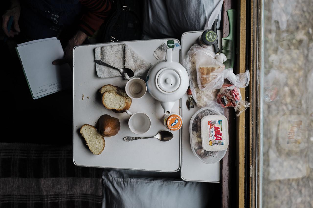 Az étkezésnek kiemelt társadalmi szerepe van Kazahsztánban. Az utastérben gyakorlatilag folyamatosan kínálgatják egymást az emberek, ami a tisztelet, a jó vendéglátás kifejezése. A fotón jellegzetes úticsomag, teáskanna és étkészlet látható. 2019. október 2.