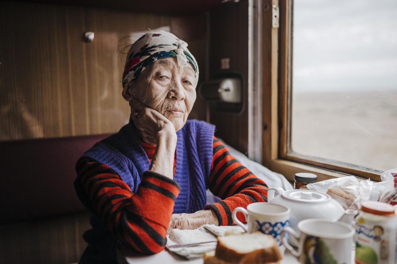 ?Mindent összevetve éveket töltöttem vonatokon, útjaim során több száz ismerettséget kötöttem. Most, közel 80 évesen is inkább vasúttal utazok, pedig egyre több az olcsó repülőgépjárat Kazahsztánban. Az idő a vonaton mintha lassabban telne, az én koromban pedig amúgy sem siet már az ember.?                         Dina (79). 2019. október 2.