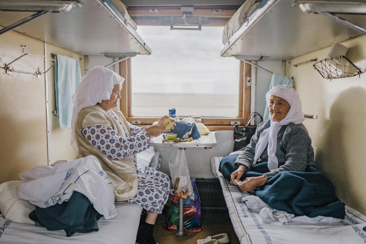 ?Az elmúlt tizenegy évet leszámítva szinte az egész életünket Afganisztánban töltöttük. Azoknak a szülőknek a gyerekei voltunk, akik szúrták a Szovjetunió szemét ? a magunkfajtákat kitelepítették és munkatáborokba deportálták. A szüleink ezt mindenáron el akarták kerülni, ezért Afganisztánba menekültek. Ott a mai napig léteznek a helyiek mellett élő, több ezer fős kazah közösségek. Mikor visszaköltöztem Kazahsztánba, vegyes érzelmeim voltak. Öröm, megkönnyebbülés és szomorúság elegyedett bennem. Végre hazajöhettem, de hátra kellett hagynom a barátaimat, szomszédaimat. Mégis ez bizonyult a jó döntésnek. Kazahsztánban béke van és csend, az én koromban pedig mást nem kívánhat az ember. A vonatút a legnagyobb kaland a számomra. Egész nap teázunk, új emberekkel ismerkedem meg és órákon át nézem az ablakból a sztyeppét. Felmelegíti a lelkemet?.                         Reyma, 82. 2019 október 2.