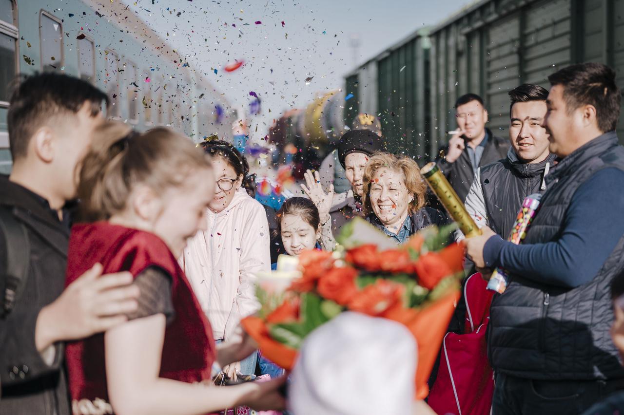 A kazahok három okból utaznak: munka, temetés vagy esküvő. Házasságkötési szokásaik bonyolultak, előzetesen több látogatásra, találkozóra sor kerül a két család között. A fotón egy most házasodott pár fogadása látható a pályaudvaron. 2019. szeptember 1.