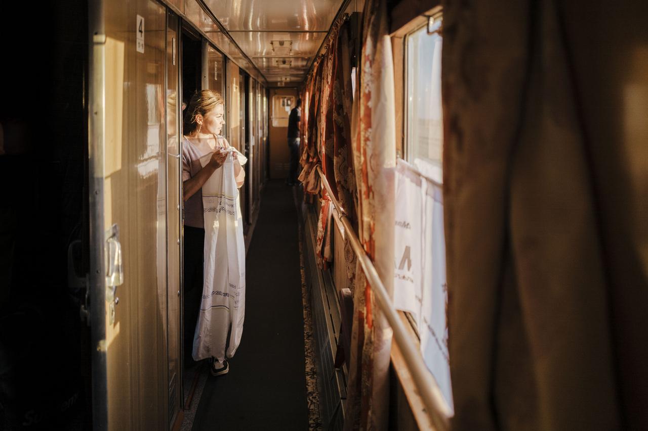 Reggelente a használt ágyneműt szépen összehajtva adják át a vasúti személyzetnek. Ez egyfajta szertartás, az utasok így köszönik meg a dolgozók munkáját.                          2019. szeptember 28.