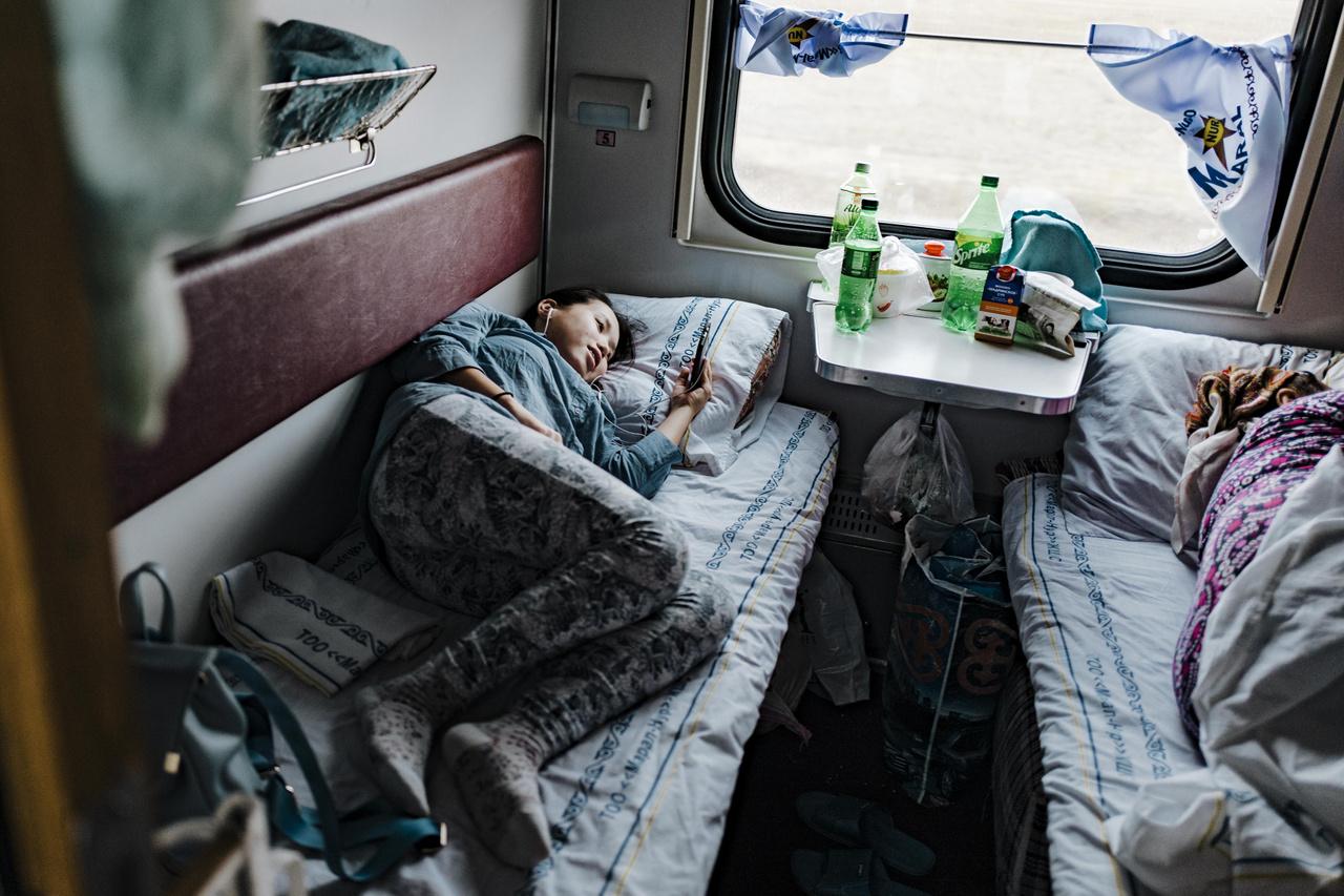 A hálókabinokon jellemzően négy idegen osztozik. Előfordulnak nagy beszélgetések is, de ide általában aludni, filmet nézni vonulnak el az utasok. 2019 szeptember 27.