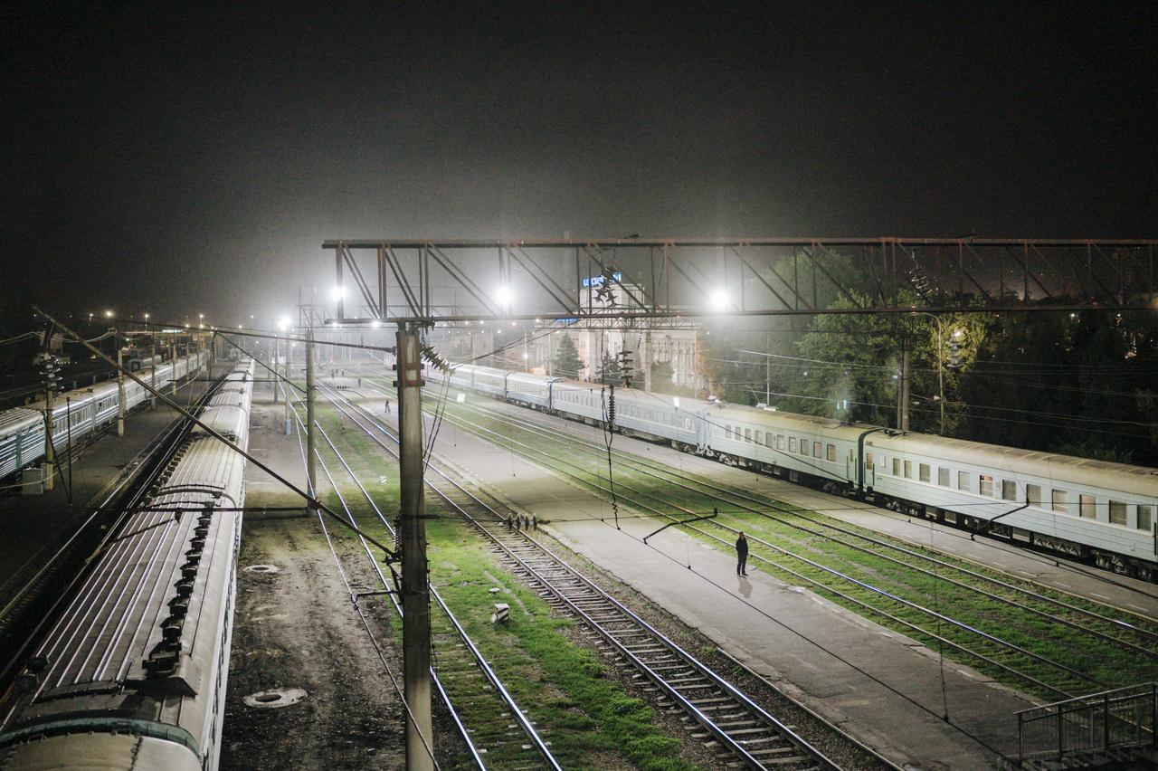 A legtöbb utazás a történelmi fővárosból, Almatiból indul és ott is ér véget. Késő éjjel a pályaudvaron még                          nagy a tömeg. Az utasok búcsúzkodnak egymástól, a személyzetet győzködik arról, hogy a bőröndkocsira még az ő csomagjuk is bőven felfér. Almati, 2019. szeptember 24.