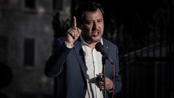 Salvini szerint nem segít, ha térdelnek a focisták