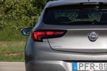 Az Opel logó alja nyitja a csomagteret