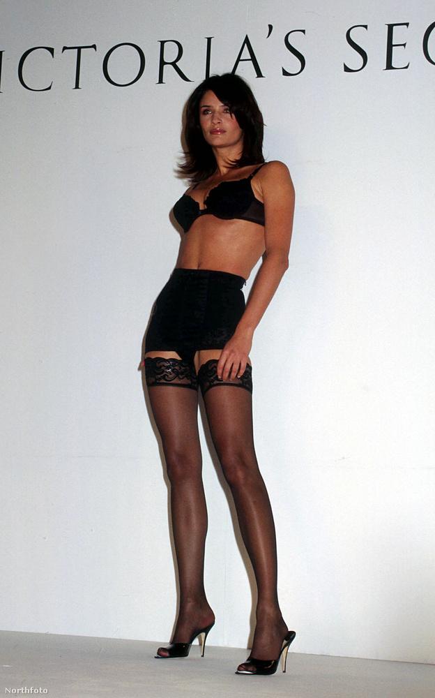 Ez a Victoria's Secret 1996-os showja, hát itt viszont nem bonyolították túl a dolgot.