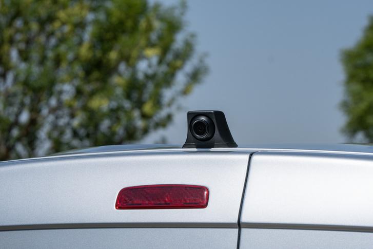 A tetőre szerelt kamera jó helyen van a kilátás szempontjából, és állítólag a tetőcsomagtartót is fel lehet tőle rakni
