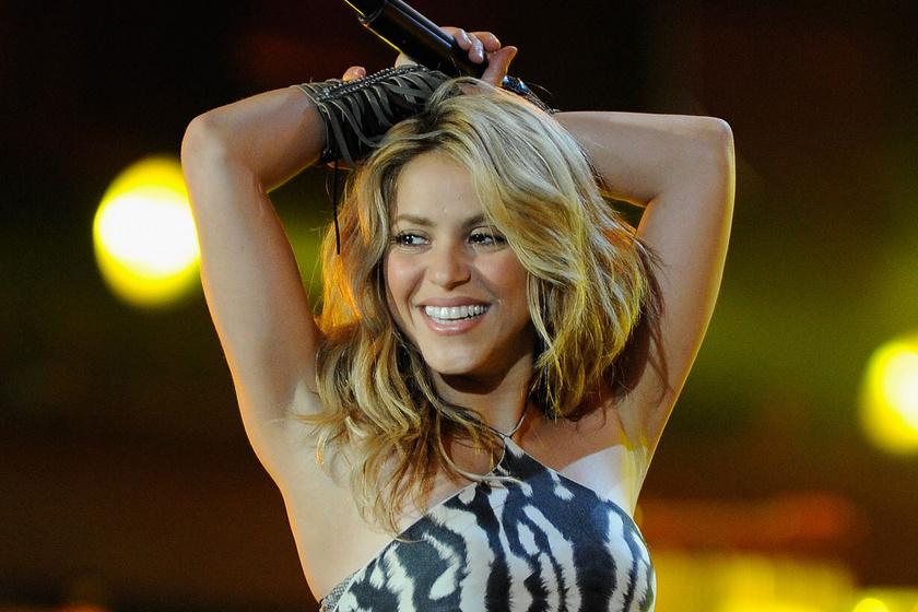 A 44 éves Shakira testhezálló, piros ruhában pózolt a Vogue címlapján: remek formában van az énekesnő