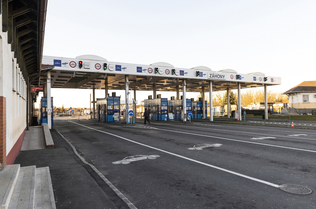 Üres autósávok Magyarország irányába a záhonyi magyar-ukrán határátkelőhelyen 2020. március 15-én.