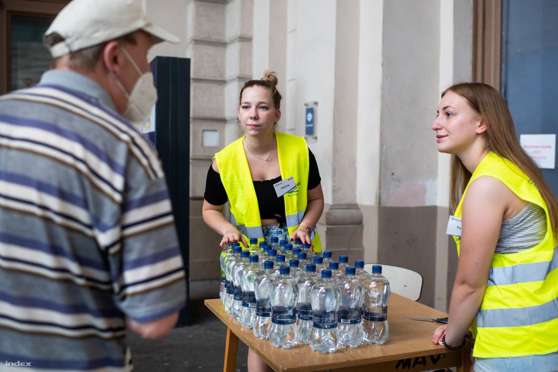 Vízosztás a Keleti pályaudvaron 2021. június 23-án
