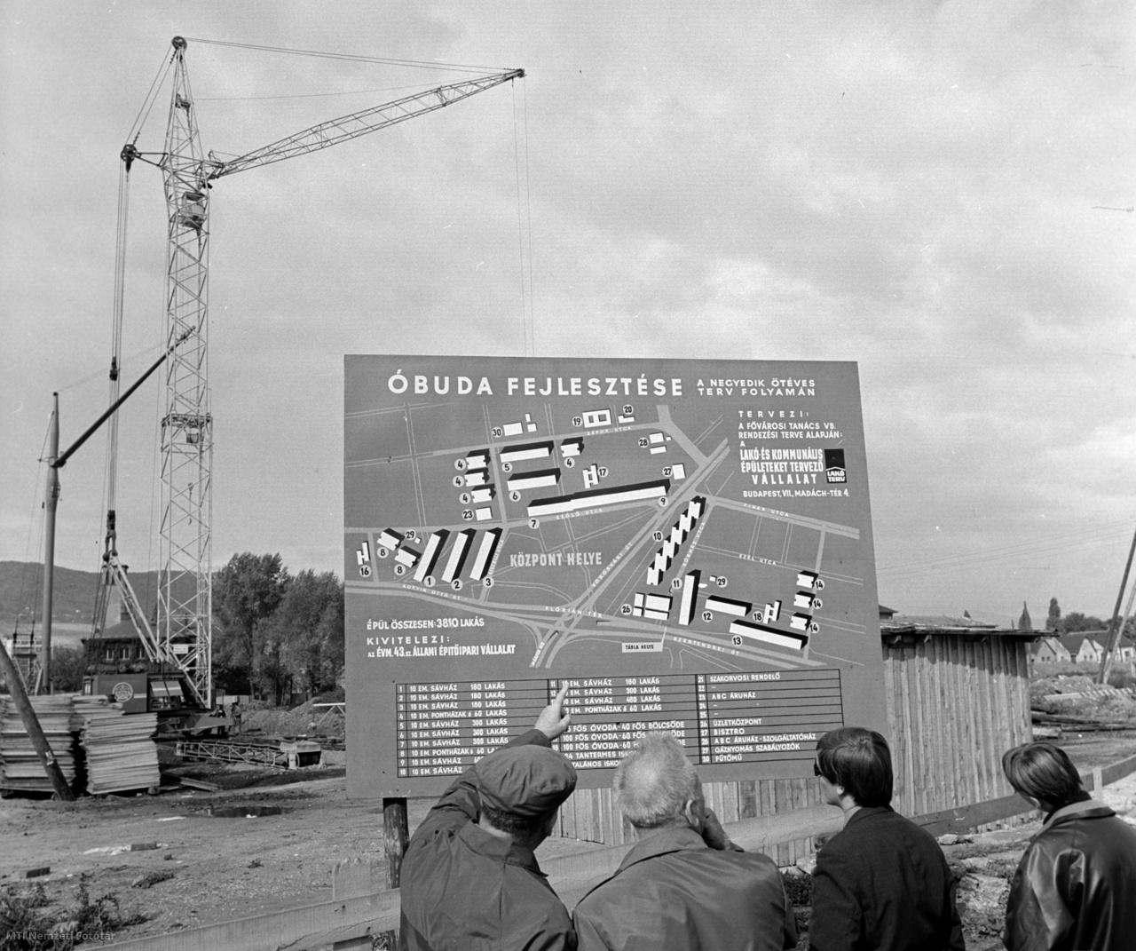 Érdeklődők nézik azt a nagyméretű táblát 1968. október 1-jén, amelyen az Óbudai új lakótelep elhelyezkedése látható