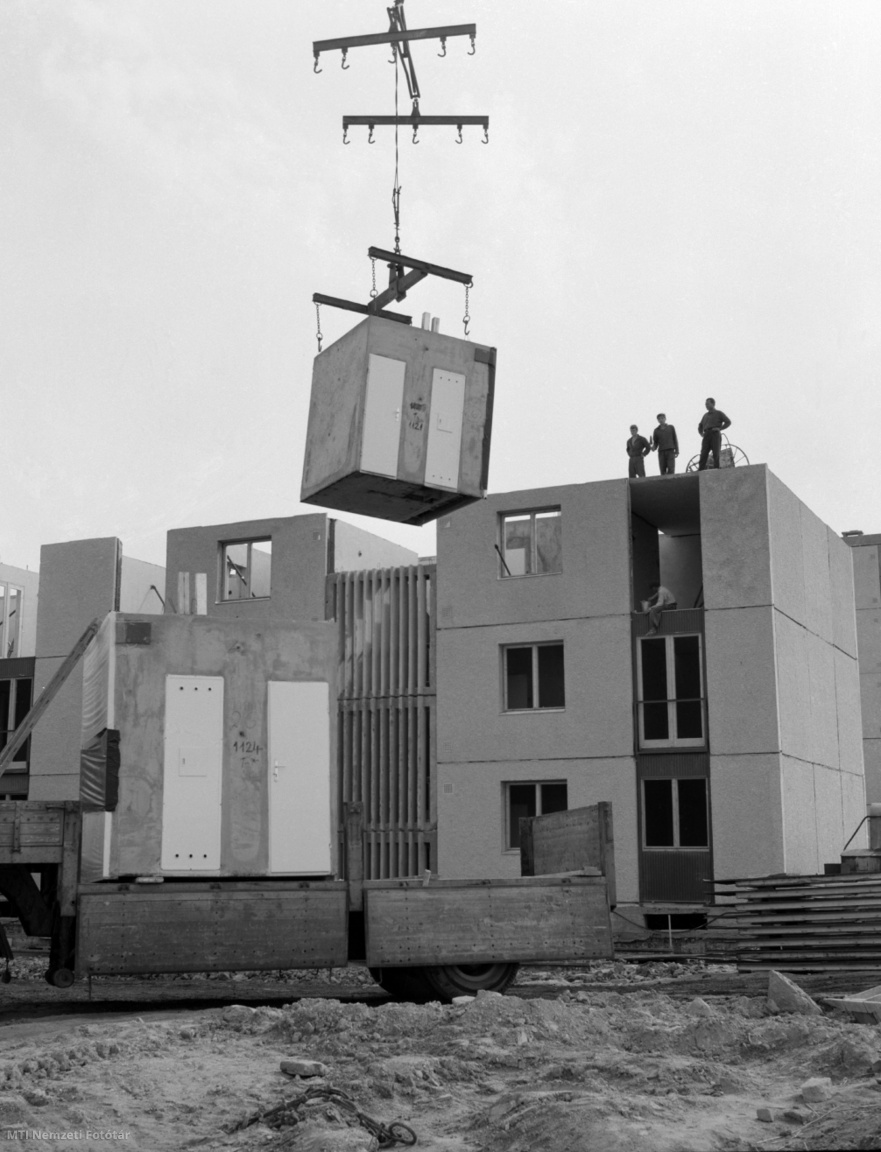 Stipkovits Kálmán kőművesbrigádjának tagjai dolgoznak egy négyszintes, harminclakásos panelház építésén Dunaújvárosban 1965. október 4-én. A brigád tagjai a helyi 5. számú Épületelemgyárban gyártott nagypanelekkel és térelemekkel 3x8 órás műszakban tíz nap alatt építik fel a lakóépületet
