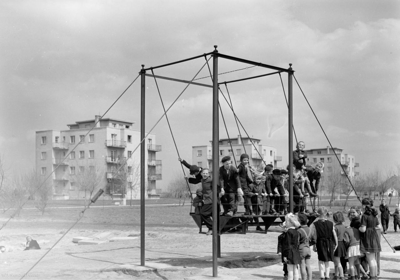 Gyermekek játszanak az  almásfüzitői lakótelep játszóterén 1956. április 20-án