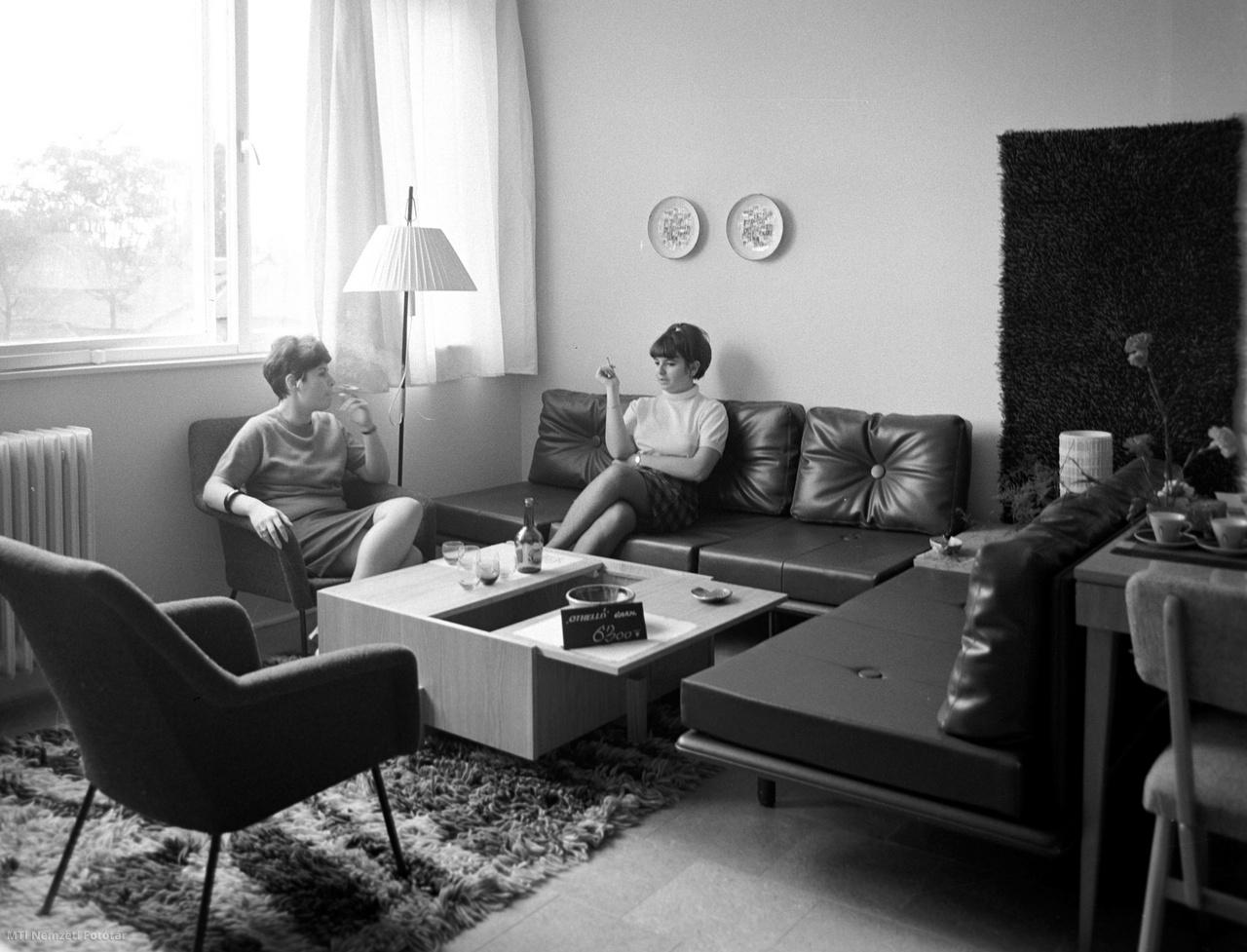 Fiatalasszonyok kipróbálják az Othello ülőgarnitúrát Újpesten  a Rózsa és az Árpád út sarkán épült új ház egyik lakásában 1968. szeptember 4-én. Lakásberendezési bemutatót rendezett az Építéstudományi Intézet, az Iparművészeti Tanács és a Bútorértékesítő Vállalat