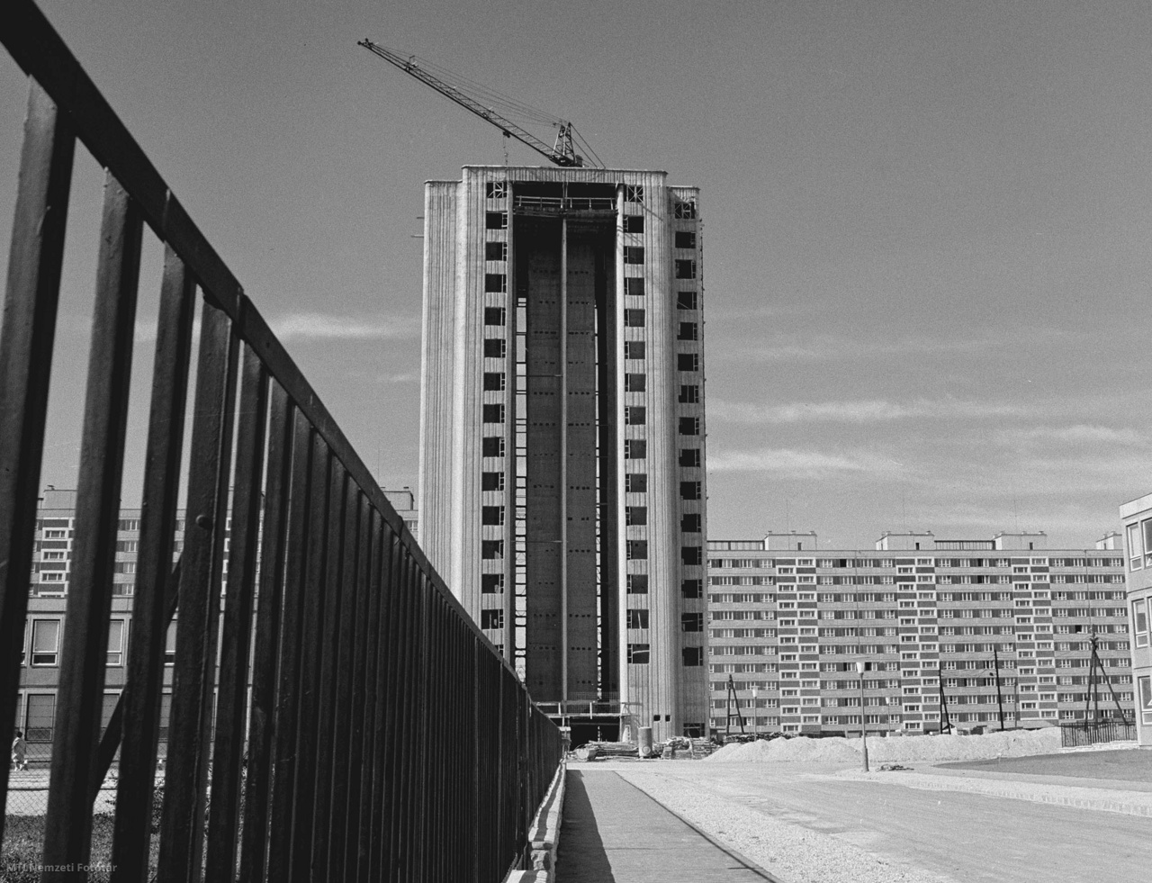 Az ÉVM (Építésügyi és Városfejlesztési Minisztérium)  43-as Állami Építőipari Vállalata az egyes számú budapesti házépítő kombinát termékeiből Kelenföldön építi az első lakótelepet. Eddig 1860 lakást adtak át rendeltetésének, az év végéig további 596 lakásba költözhetnek be a lakók. Az első toronyépület jól bontja meg a házgyári épületek sorát.