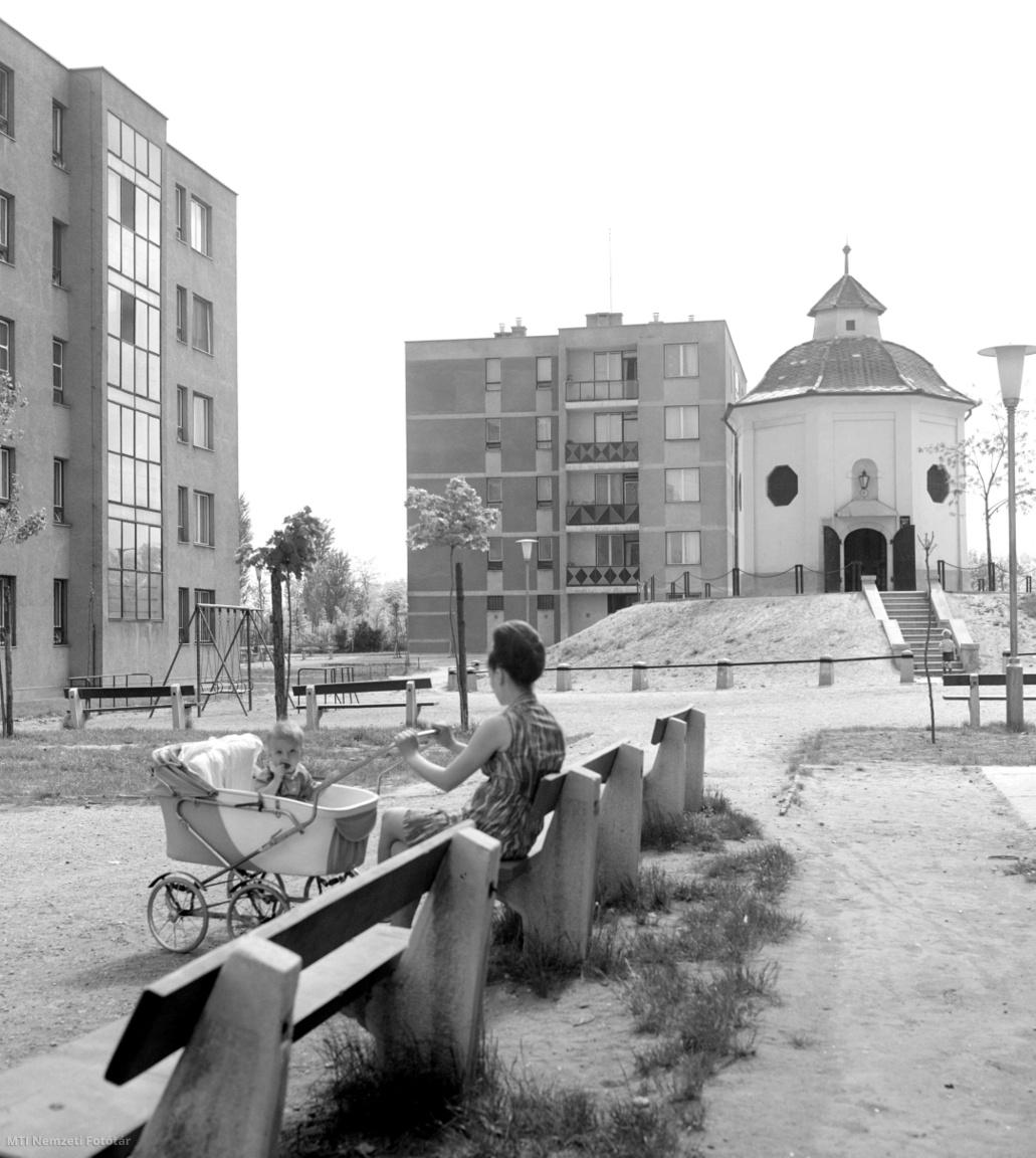 1969. július 2. Kecskemét modern városrészében az új házak között meghagyták az  1700 körül épített műemlék épületet,és gyermekkönyvtárat létesítettek benne