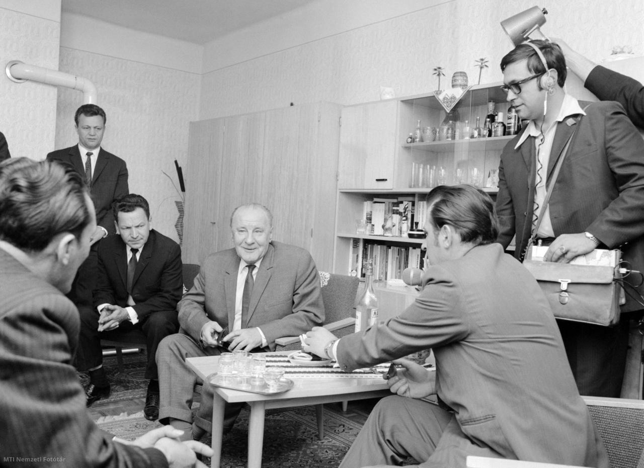 Kádár János, a Magyar Szocialista Munkáspárt Központi Bizottságának (MSZMP KB) első titkára és kísérete Haklik József – a lakótelep egyik lakója – lakásán  beszélget a politikusnak Fehérgyarmaton tett látogatása alkalmával, 1974. március 27-én