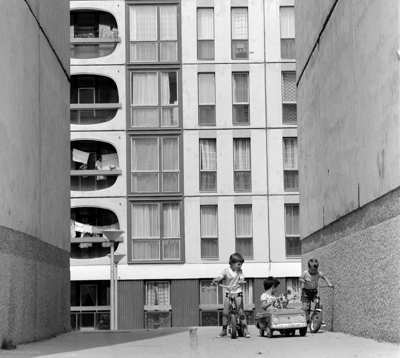 Pécs, 1978. augusztus 29. Gyerekek játszanak a pécsi  Lvov-Kertváros lakótelepének panelházai között