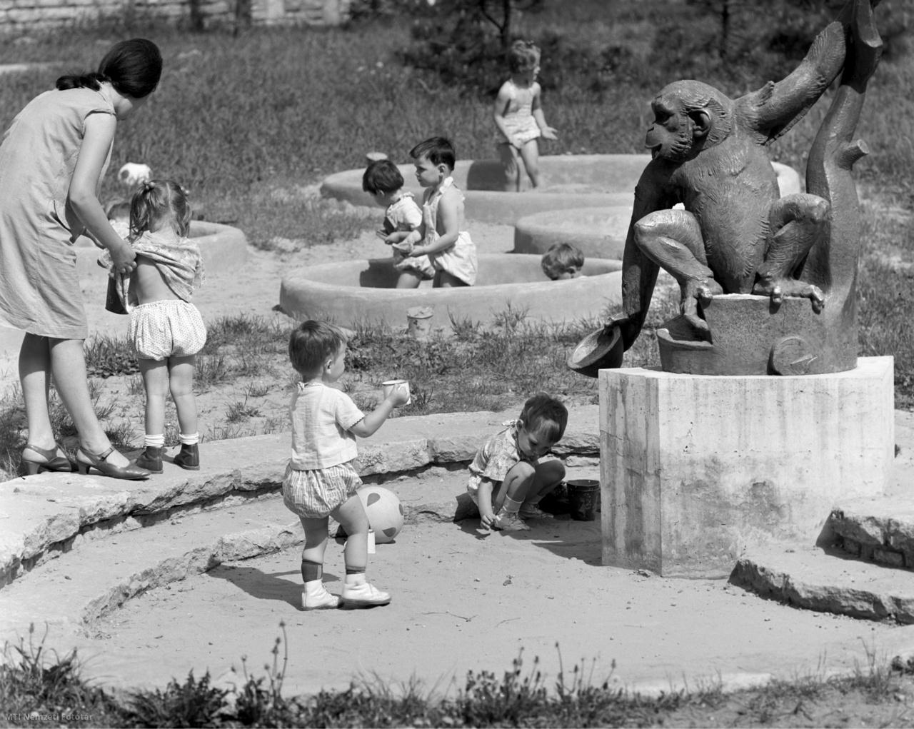 Kisgyerekek és gondozónőjük a  kísérleti lakótelep bölcsődéjének udvarán Óbudán, 1968. május 6-án