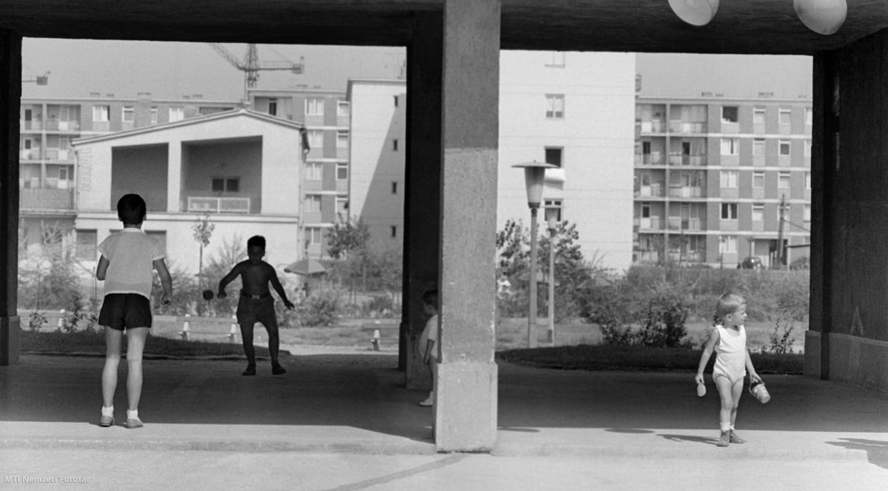 Gyerekek játszanak az ország egyik legnagyobb lakótelepe egyik új épületének árkádja alatt az egykori rossz emlékű Mária Valéria telep barakképítményei helyén felépült József Attila költőről elnevezett városrészben. 1962 szeptemberéig már mintegy 15 ezren költözhettek be a lakótelep már átadott korszerű, új lakásaiba. Úgy tervezték, hogy 1965-ig tízezer lakást építenek fel