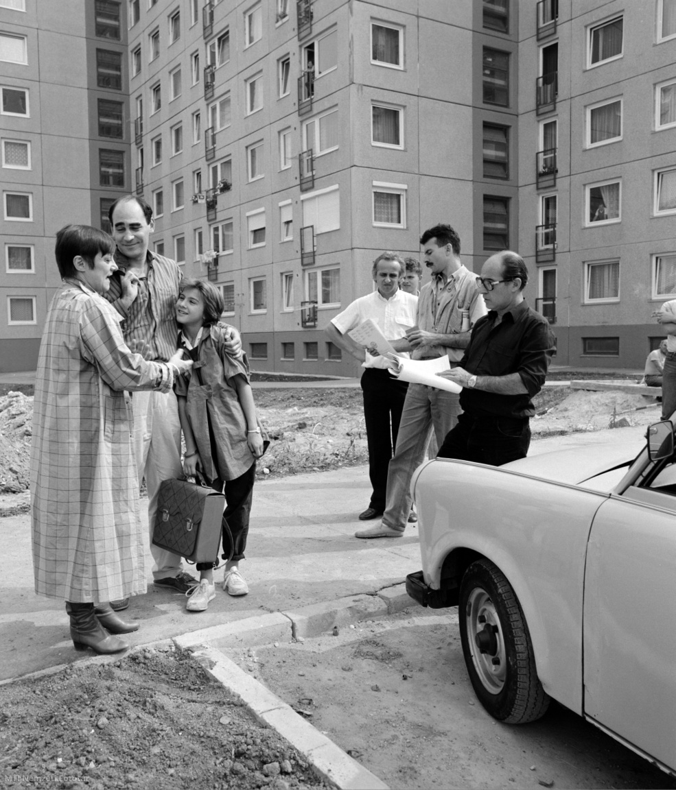 Csűrös Karola, Kulka János és Ábel Anita színészek és Horváth Ádám rendező a Magyar Televízió  Szomszédok című teleregényének külső helyszíni forgatásán Gazdagréten, 1987. szeptember 2-án