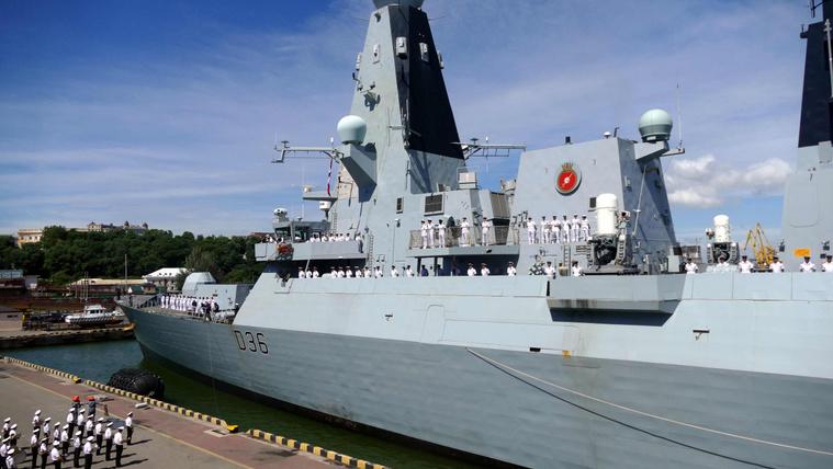 Súlyos incidens a Fekete-tengeren: az oroszok figyelmeztető lövést adtak le a egy brit romboló útvonalára