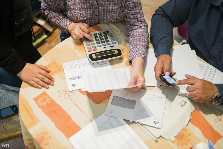 Három, bankoktól kapott elszámolási és forintosítási tájékoztató elolvasása után egy nyíregyházi család tagjai számolnak otthonukban 2015. május 4-én
