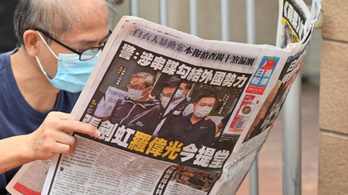 Razziáztak a rendőrök, vége Hongkong legnagyobb demokráciapárti lapjának