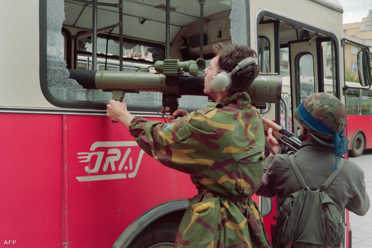 Egy boszniai katona Szarajevó nyugati külvárosában folytatott súlyos harcok során egy nyilvános busz betört ablakain keresztül céloz rakétavetőjével 1992. június 9-én