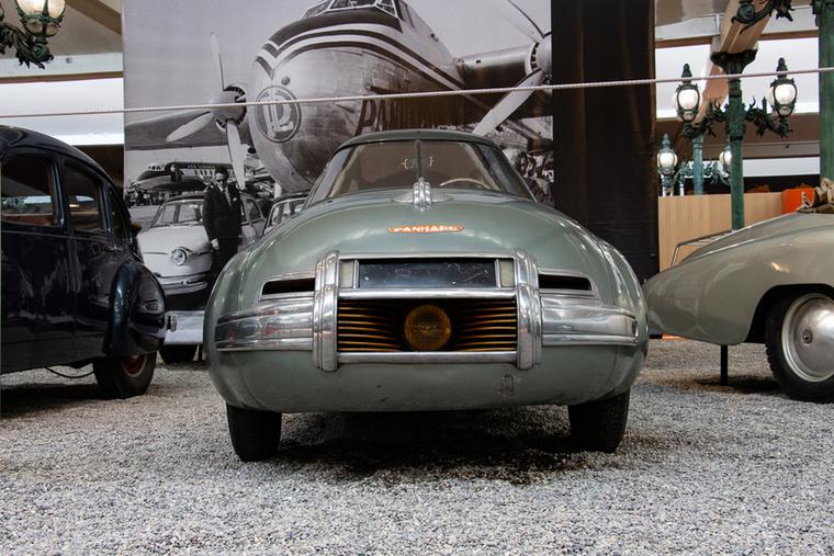 A cseppformának tulajdoníthatóan kéthengeres, 605 köbcentis motorjának alig 28 lóerejével 130 km/h végsebességre volt képes