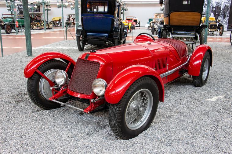 Ez a Maserati ugyan hasonlít arra a Maserati 8CM-re, amivel az 1930-as években Hartmann László versenyzett, de nem az