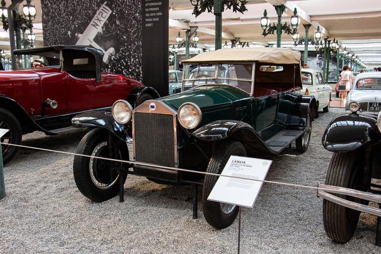 A háború előtti Magyarországon népszerű volt a tehetősek körében a világ első önhordó karosszériás autója, a Lancia Lambda
